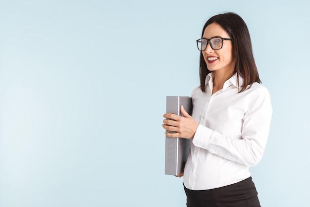Zdjęcie młodej kobiety biznesu w ciąży na białym tle gospodarstwa folderu.
