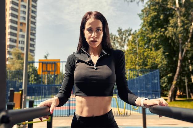 Zdjęcie młodej kobiety europejskiej na treningu ulicy w parku sportowym w słoneczny dzień. koncepcja szkolenia na świeżym powietrzu.