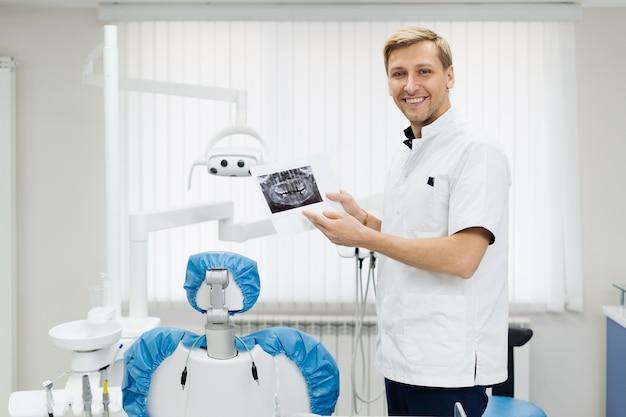 Zdjęcie młodej kobiety lekarza dentysty, który analizuje ortopantomogram dentystyczny rentgenowski