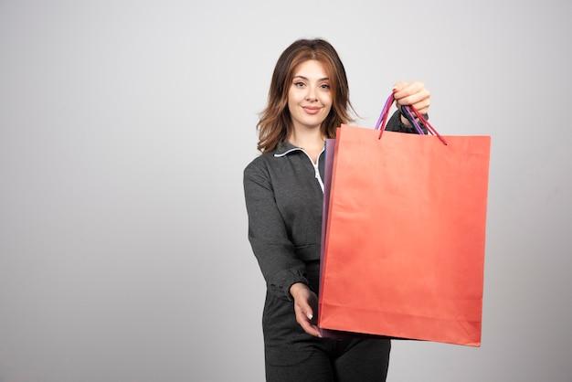 Zdjęcie Młodej Kobiety Trzymającej Torby Na Zakupy. Darmowe Zdjęcia