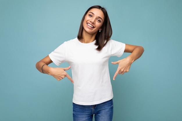 Zdjęcie młodej pozytywnej szczęśliwej uśmiechniętej pięknej kobiety ze szczerymi emocjami noszącej stylowe ubrania