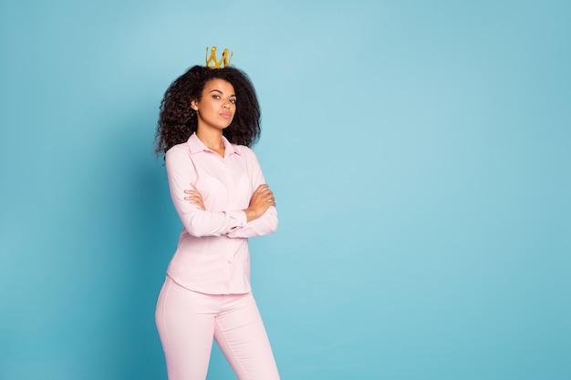 Zdjęcie modelki aroganckiej królowej ze skrzyżowanymi rękami