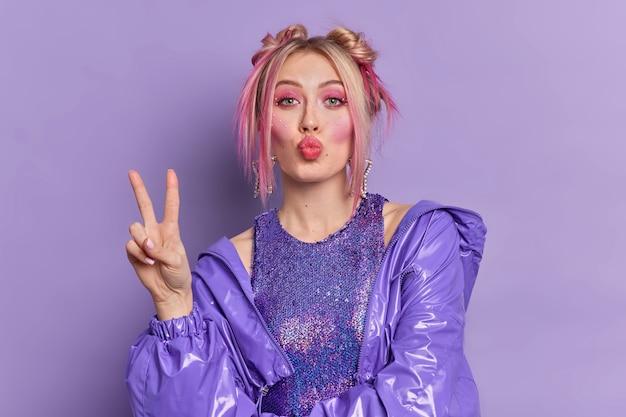 Zdjęcie modnej kobiety z jasnym makijażem utrzymuje złożone usta