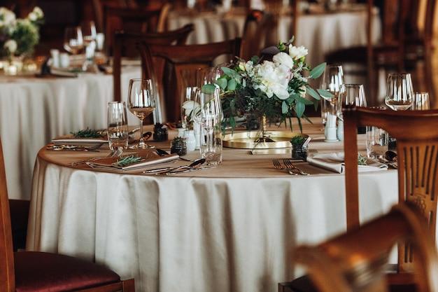 Zdjęcie nakrytego stołu w klasycznej restauracji
