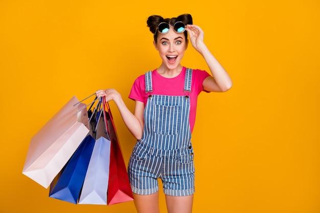 Zdjęcie nastolatka trzyma wiele paczek uzależnionych kupujących