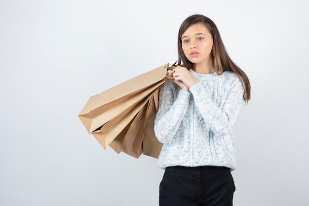 Zdjęcie nastolatka w sweter z kilka worków rzemieślniczych.