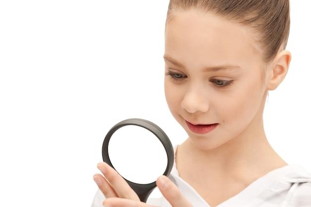 Zdjęcie nastoletniej dziewczyny ze szkłem powiększającym