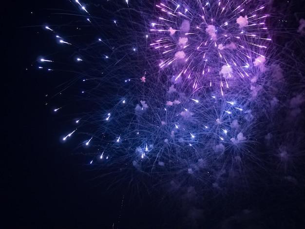 Zdjęcie niebieskich i fioletowych fajerwerków w nocy
