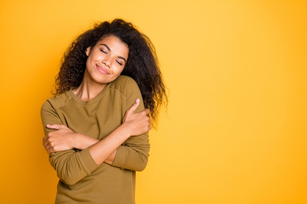 Zdjęcie niezobowiązującej wesołej brunetki miłej uroczej słodkiej, bardzo czułej dziewczyny cieszącej się własnym towarzystwem w swoim ulubionym swetrze odizolowanym na żywym kolorowym tle