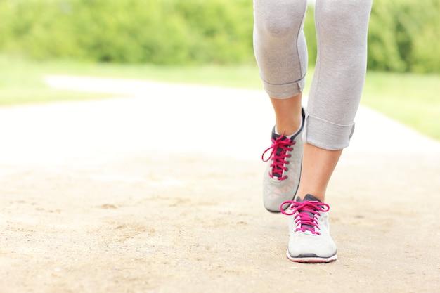 Zdjęcie nóg biegacza na ścieżce w parku