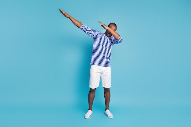 Zdjęcie off afro american guy dance dab hip hop disco zamknij okładkę twarz ramiona