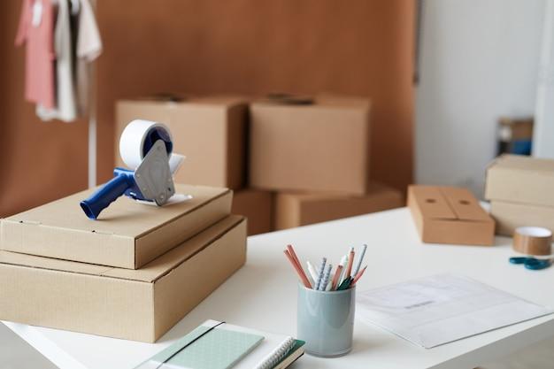 Zdjęcie opakowań kartonowych na stole przygotowanym do dostawy w biurze