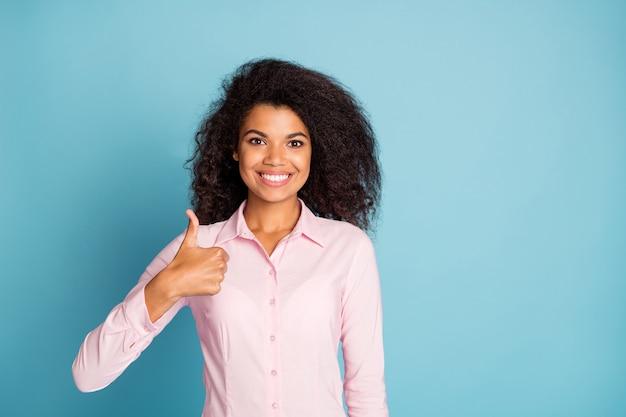 Zdjęcie pani biznesu podnosząc kciuk do góry, doradzając