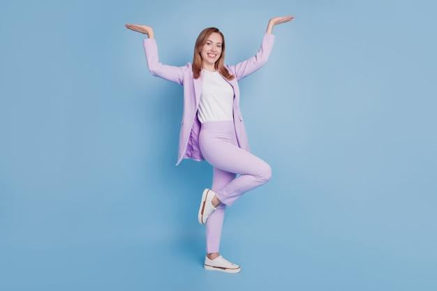 Zdjęcie pani lider trzyma dłonie w górze reklamę miejsca na białym tle na niebieskim tle