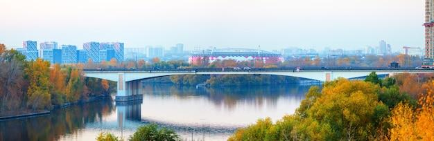 Zdjęcie panoramiczne malowniczego mostu w moskwie jesienią