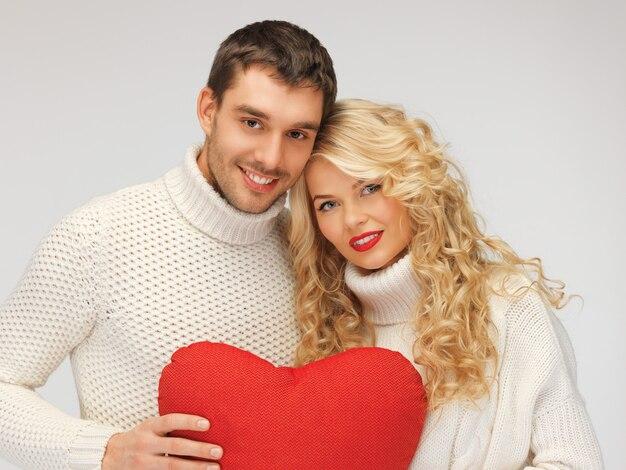 Zdjęcie pary rodzinnej w swetrach z sercem