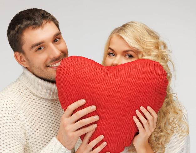 Zdjęcie pary rodzinnej w swetrze z sercem (skup się na mężczyźnie)
