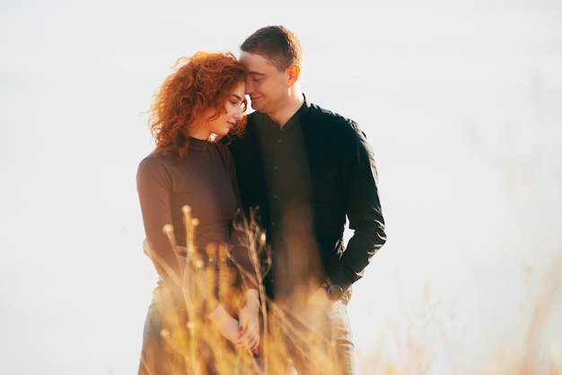 Zdjęcie pary w objęciach w terenie