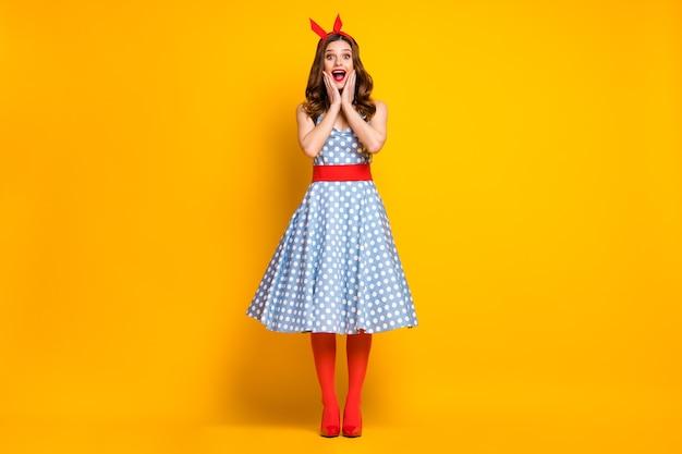 Zdjęcie pełnej długości zdziwiona dziewczyna cieszyć się wiosną czas wolny wakacje wygląd rabat nowości pod wrażeniem dotyk dłonie noszenie twarzy czerwona opaska spódnica rajstopy wysokie obcasy izolowane brigtht kolor tło