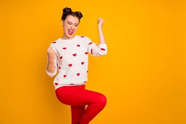 Zdjęcie pięknej amorki podnosi pięści świętując romantyczne zaproszenie na randkę krzycz głośno nosić biały sweter w serduszka