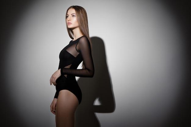 Zdjęcie pięknej dziewczyny brunetka w studio
