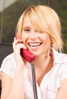 Zdjęcie pięknej dziewczyny z telefonem w biurze