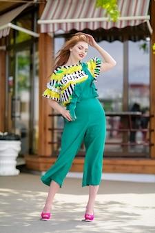 Zdjęcie pięknej kobiety czarujący model w pełni wzrostu z długimi rudymi włosami