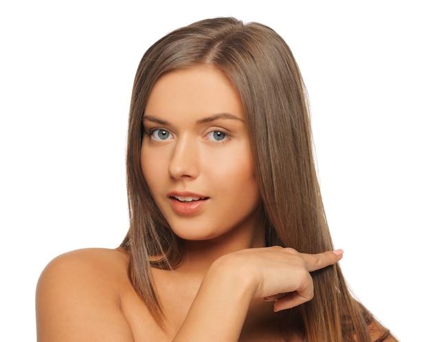 Zdjęcie pięknej kobiety dotykającej jej włosów