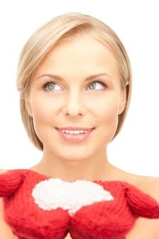 Zdjęcie pięknej kobiety w czerwonych rękawiczkach ze śniegiem