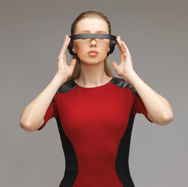 Zdjęcie pięknej kobiety w futurystycznych okularach