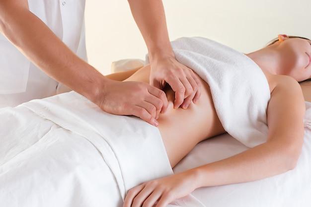 Zdjęcie pięknej kobiety w salonie masażu