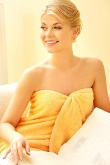 Zdjęcie pięknej kobiety w salonie spa z książką