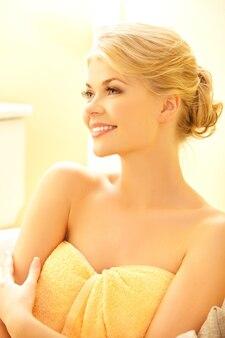 Zdjęcie pięknej kobiety w salonie spa