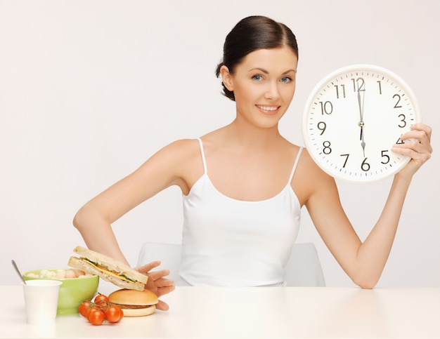 Zdjęcie pięknej kobiety z dużym zegarem