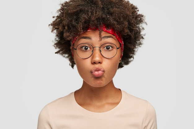 Zdjęcie pięknej kobiety z fryzurą afro, ciemna skóra