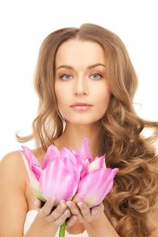 Zdjęcie pięknej kobiety z kwiatem lotosu