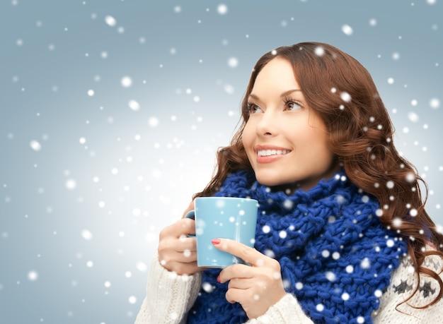 Zdjęcie pięknej kobiety z niebieskim kubkiem