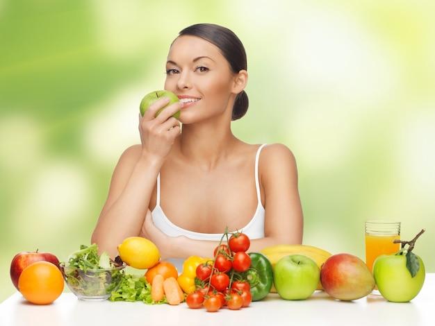 Zdjęcie pięknej kobiety z owocami i warzywami
