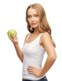 Zdjęcie pięknej kobiety z zielonym jabłkiem