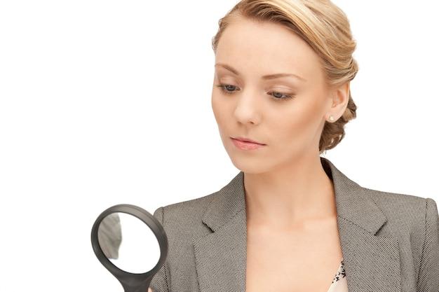 Zdjęcie pięknej kobiety ze szkłem powiększającym