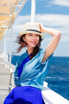 Zdjęcie pięknej młodej kobiety na łodzi przed tle morza w grecji
