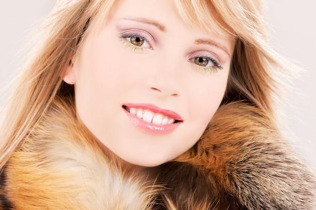 Zdjęcie pięknej nastolatki w futrze