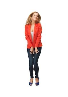 Zdjęcie pięknej nastoletniej dziewczyny w codziennych ubraniach na wysokich obcasach