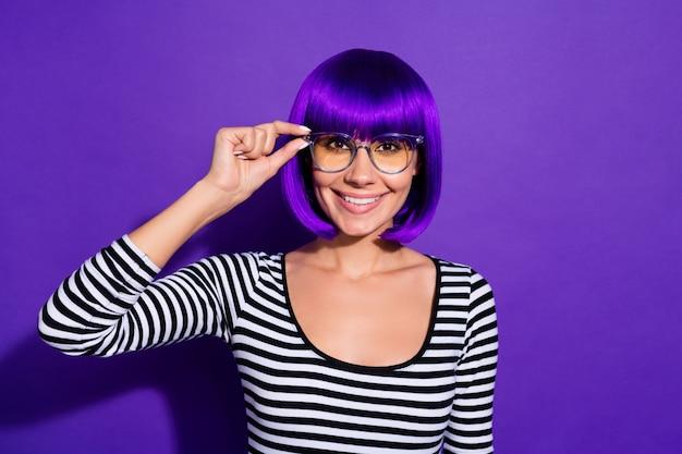 Zdjęcie pięknej pani dotknąć ręki nowe specyfikacje cieszę się dobry wzrok nosić perukę paski sweter na białym tle fioletowym tle