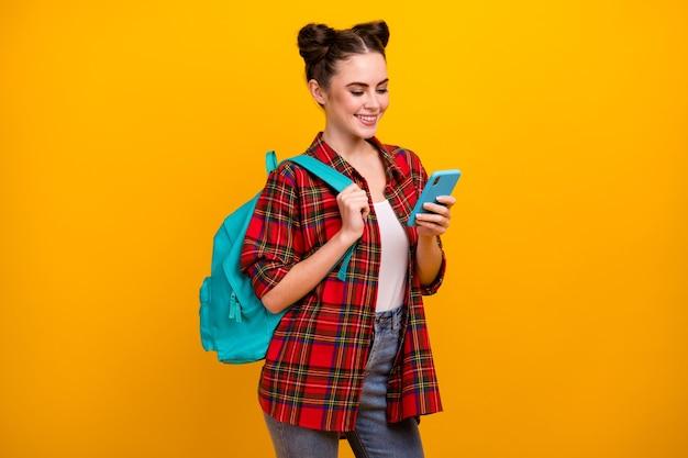 Zdjęcie pięknej studentki trzymającej telefon wesoły uśmiech