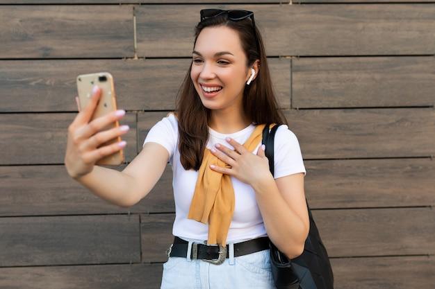 Zdjęcie pięknej szczęśliwej młodej kobiety na sobie ubranie