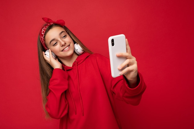 Zdjęcie pięknej szczęśliwej uśmiechniętej brunetki dziewczyny