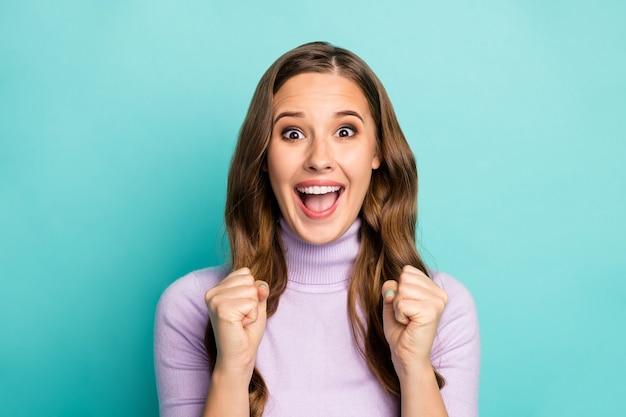 Zdjęcie pięknej, zabawnej pani trzymaj ręce uniesione pięści, krzycząc głośno, wspierając ulubioną drużynę sportową na zawodach nosić fioletowy sweter na białym tle turkusowy niebieski pastelowy kolor