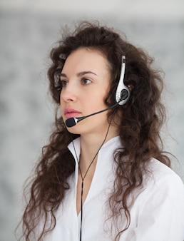 Zdjęcie piękny młody operator call center stojący na białym tle