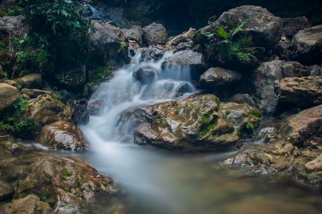 Zdjęcie płynącej wody przy wodospadzie pudeng w dzielnicy aceh besar